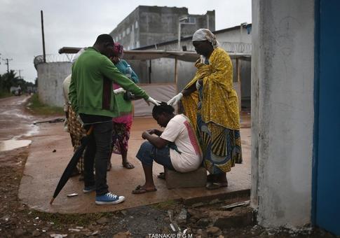 بستگان دخترک بیمار، دور وی جمع شدند و خارج از محوطه بیمارستان برای شفای وی دعا می کنند.