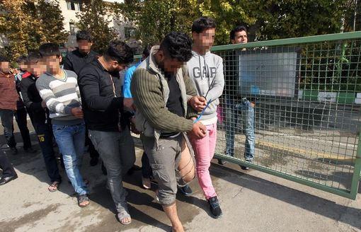 ۵۳ نفر اعم از کیف قاپ، زورگیر، جاعل، اراذل و اوباش و مال خر که در قالب ۶ باند فعالیت میکردند، در تهران شناسایی و دستگیر شدند. /irna