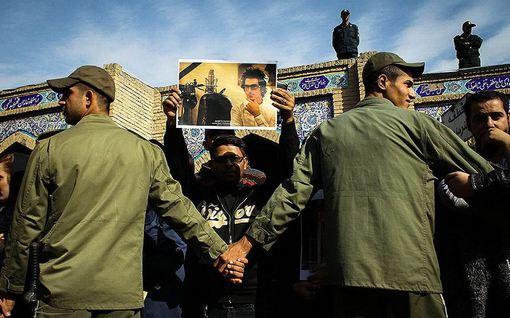 ازدحام جمعیت مانع از دفن سر موقع پیکر هنرمند جوان مرتضی پاشایی در بهشت زهرا(س) تهران شد./mna