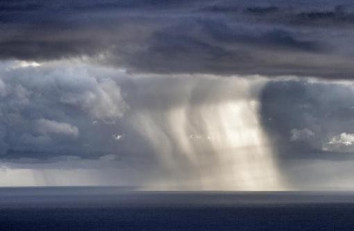شکار زیبای عکاس از لحظه وقوع باد و باران در سواحل زیبای مدیترانه./afp