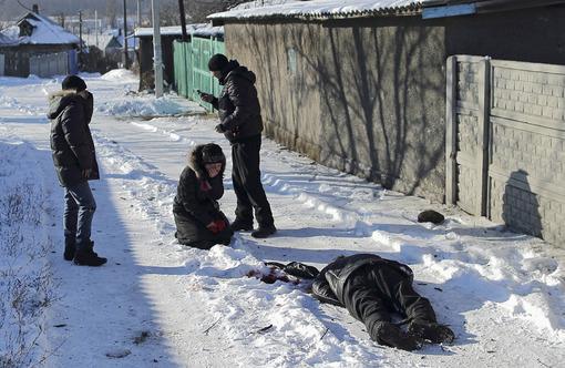 مرگ تلخ یک مرد در مقابل دیدگان پسر و همسرش  در دونتسک اوکراین بر اثر بمباران مواضع مخالفان در این منطقه ./REUTERS
