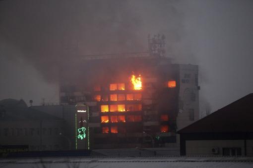 نمای سوخته ساختمان خانه مطبوعات در شهر گروزنی، پایتخت جمهوری چچن دیده می شود. در جریان درگیری های مسلحانه چهارشنبه شب در این ساختمان دست کم ۶ مرد مسلح و ۳ افسر پلیس کشته شدند./AP