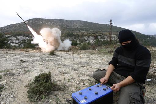 چهره تروریست فعال در سوریه که علیه مردم و نیروهای ارتش این کشور وارد جنگ شده و در حال ایجاد شوک الکتریکی برای پرتاب موشک زمین به زمین می باشد./REUTERS