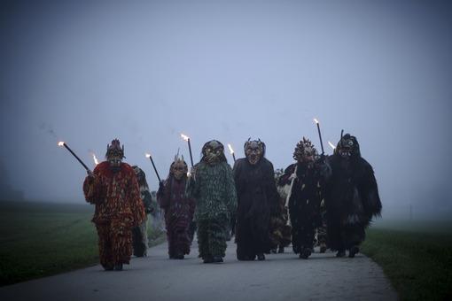 روستائیان آلمانی در بایرن، پیرو سنتی کهن با پوشیدن لباسهای عجیب و غریب و ترسناک به شکل ارواح درآمده تا در آستانه فرا رسیدن سال نو میلادی هر گونه پلیدی و بلا را به این شکل دفع نمایند./Getty Images
