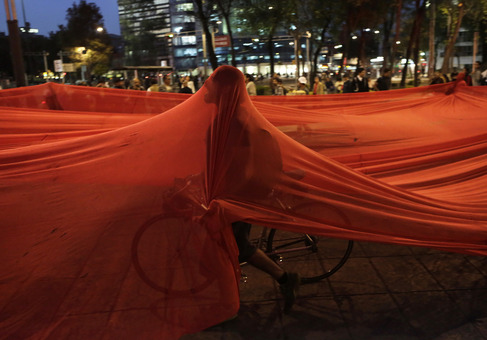 پایتخت مکزیک همانند دیگر شهرهای این کشور از ۲۶ سپتامبر (۴ مهر ۹۳) زمانی که ۴۳ دانشآموز مدرسه عادی «آیوتسیناپا» در شهر «ایگوآلا» واقع در ایالت جنوبی «گررو» ناپدید شدند شاهد اعتراضات و تنشهای مختلفی بوده است.دانشآموزان مذکور به دستور «خوسه لوئیس آبارکا» شهردار سابق «ایگوآلا» مورد حمله نیروهای فاسد پلیس قرار گرفته و سپس به اعضای باند تروریستی «گرروس اونیدوس» تحویل داده شدند.فعالان حقوق بشر و سازمانهای جامعه مدنی نیز مورد هجوم پلیس مکزیک قرار گرفتند که قصد داشت با توسل به زور، راهپیماییها و تظاهراتهای ضد دولتی در اعتراض به ناپدید شدن دانشآموزان را متوقف کند./REUTERS