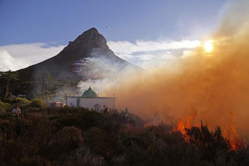 تصویری از یک آتش سوزی کنار مسجدی در حوالی کیپ تاون(آفریقای جنوبی) که بوسیله وزش باد در حال گسترش میباشد./AP