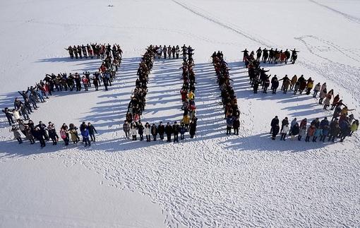 دانشجویان دانشگاه کشاورزی شن یانگ چین روز چهارشنبه سی و یک دسامبر، با ایستادن روی برف به شکل عدد 2015 ، به استقبال سال نو میلادی رفته اند./Euronews