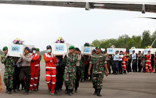 حمل تابوت حاوی اجساد قربانیان هواپیمایی ایرآسیا پرواز 8501 در محوطه فرودگاه  سورابایا./AP<br /><br />