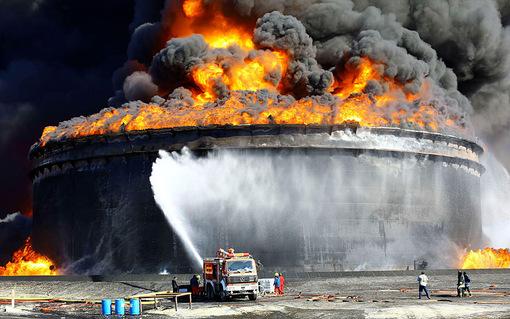 المبروک ابویوسف اعلام کرد که آتش سوزی در پایانه صدور بندر السدره لیبی از روز پنجشنبه گذشته آغاز شد.به گفته مقام های دولت ائتلافی، مخازن نفتی عظیم در السدره توسط مخالفان و با پرتاب موشک از روی قایق مورد اصابت قرار گرفته است.گروه مخالف