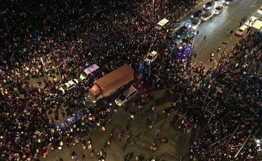 در دقایق پایانی سال ۲۰۱۴ میلادی، هجوم جمعیتی که در یکی از محلههای مشهور شانگهای جمع شده بودند، و زیر دست و پا ماندن مردم، به مرگ دستکم ۳۵ نفر و زخمی شدن ۴۲ نفر انجامید.سانحه مرگبار مربوط به جشن سال نوی میلادی، در منطقه «باند» در میدان «چنی» شهر شانگهای رخ داده است.خبرگزاری رسمی چین، شینهوا، از قول یکی از شاهدان در محل میگوید هجوم مردم پس از آن انجام شد که کسی از یکی از ساختمانهای اطراف شروع به ریختن «کاغذهایی شبیه اسکناس دلار» کرده است.بنا به گفته شاهد ماجرا، مردم برای جمع کردن دلارهای تقلبی هجوم بردهاند.تحقیقات در این مورد ادامه دارد و مقامهای شهری گروهی را مسئول امداد و نیز کمک به بستگان کشته و زخمیشدگان و سانحهدیدگان کردهاند./AFP<br /><br />