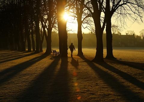 ساعتی قبل از آغاز سال نو میلادی در پارک ویکتوریای لستر و طلوع خورشید که زیبا و چشم نواز است./REUTERS<br /><br />