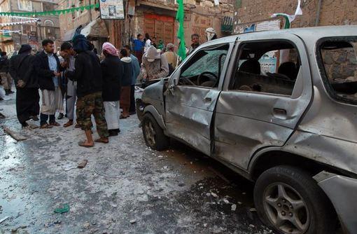 یک بمبگذار انتحاری در یمن روز چهارشنبه، دهم دی، با ورود به یکی از مراسم جشن شیعیان و انفجار خود دستکم ۳۳ نفر را کشت.به گزارش خبرگزاری فرانسه، این انفجار در شهر اِبّ در مرکز یمن رخ داده که شهری عمدتاً سنینشین است، اما شیعیان حوثی کنترل آن را در دست دارند.بنا بر این گزارش، دهها نفر نیز بر اثر این حمله انتحاری زخمی شدهاند و شمار کشتهشدگان نیز احتمالاً رو به افزایش خواهد گذاشت.یحیی الاَریانی، فرماندار اب، نیز که به مناسبت زاد روز پیامبر اسلام(ص) در این مراسم شرکت کرده بود در میان کشتهشدگان گزارش میشود./AFP-RFE/RL</p><br /> <p>