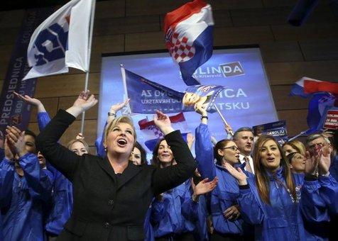 تصویری از «گرابار کیتاروویچ» کاندیدای ریاست جمهوری «کرواسی» در میان حامیان خود. انتخابات کرواسی به دور دوم کشیده شده است.<br /><br />