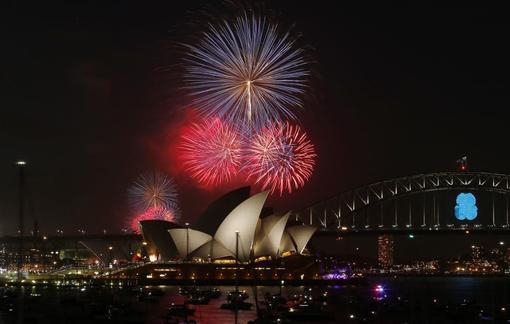 آتش بازی و جشن سال نو میلادی به زیبایی هر چه تمام در سیدنی استرالیا برگزار شد./Reuters<br /><br />