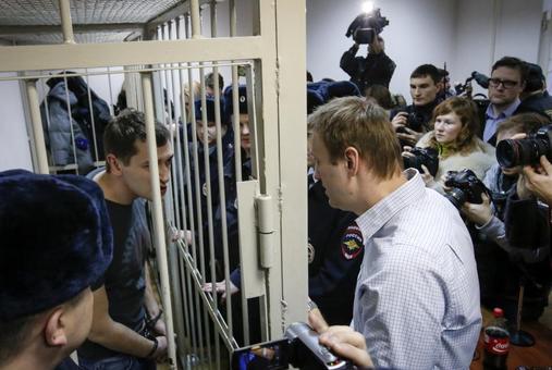 نیروهای پلیس و انتظامی شهر مسکو مقابل چشمان معترضین این مخالفت دولت را بازداشت کردند. بنابر این گزارش، وی که از سوی دولت روسیه به اختلاس مالی از یک شرکت تجاری متهم است در حالیکه هوادارنش وی را در میان گرفته بودند بازداشت و سپس به داخل خودروی نظامی که در میدان «مانژ» مستقر بود، منتقل شد. لوپوئن در بخش دیگری از این گزارش نوشت که الکسی ناوالنی در حالی بازداشت شد که شمار زیادی از نیروهای انتظامی و پلیس محل را به کنترل خود گرفته بودند. علاوه بر ناوالنی نزدیک به ۱۳۰ معترض دیگر نیز بازداشت شدند./REUTERS<br /><br />
