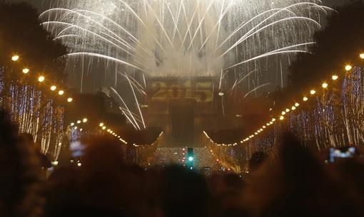 آتش بازی بر فراز آسمان تاق مشهور پیروزی در خیابان شانزه لیزه پاریس، بخشی از جشن سال نو میلادی در این شهر بود./REUTERS<br /><br />