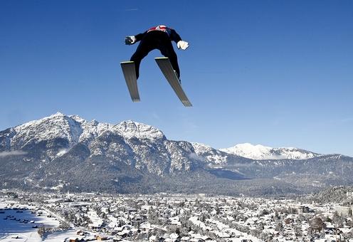 اوج گیری سورین فروند، اسکی باز آلمانی در دومین پرش خود در شصت و سومین مسابقات پرش موسوم به «چهار تپه» در ارتفاعات گارمیش پارتنکیرشن در جنوب آلمان؛ /REUTERS<br /><br />