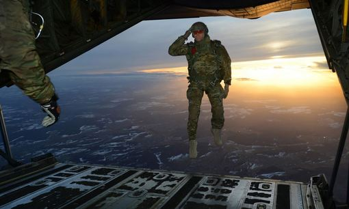ادای احترام نظامی یک سرباز آمریکایی هنگام پرش از هواپیما هرکول C-130 در جریان یک عملیات آموزشی- تمرینی در آسمان آلمان./U.S. Army
