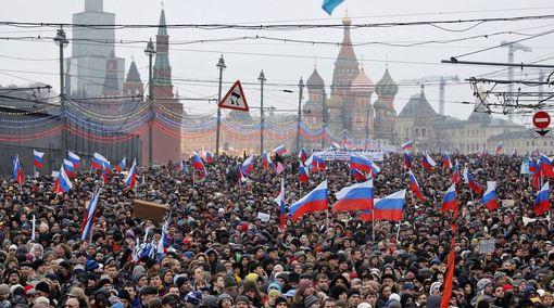 در پی قتل بوریس نمتسف، هزاران نفر روز یکشنبه در مسکو، پایتخت روسیه راهپیمایی کردند.به گفته برگزارکنندگان بیش از هفتاد هزار نفر در این راهپیمایی شرکت کرده اند اما پلیس این تعداد را بیست و یک هزار نفر عنوان کرده است./AP