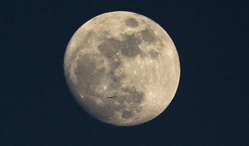 عکس جالب از حرکت هواپیمای مسافربری در آسمان لندن در حالیکه عکاس با نور دهی دوگانه توانسه در زمینه این حرکت تصویری کامل از قرص ماه ارائه دهد!/Getty Images