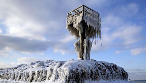 برای چندمین بار موج سرمای شدید در میشیگان سبب یخ زدن فانوس دریایی دریاچه مشهور این ایالت شد./AP