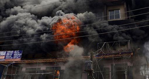 آتش سوزی گسترده ای در یکی از بازارهای شلوغ شهر لاگوس، که قلب تجاری نیجریه به شمار می رود روی داد.در این آتش سوزی بسیاری از محصولات وارداتی منسوجات به میزان ده ها هزار دلار ارزش در آتش سوخت./AFP/Getty Images