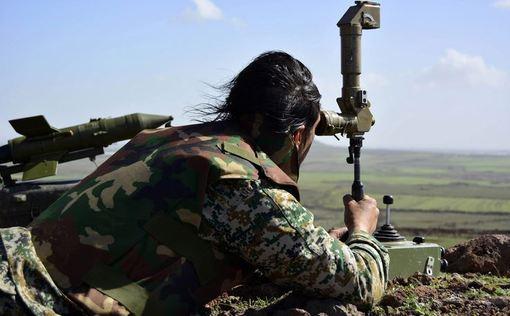 محاسبه مختصات هدف با دوربین برای شلیک راکت یا موشک توسط یکی از سربازان ارتش سوریه در منطقه درگیری نیروهای ارتش با تکفیریهای تروریست در یکی از شهرستانهای جنوبی شهر دیره./AFP/Getty Images