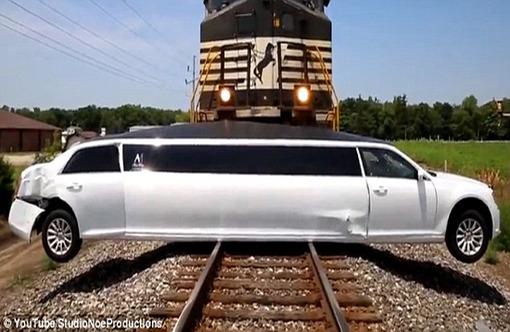 خوش شانس ترین سرنشینان دنیا در تصادف با قطار + عکس