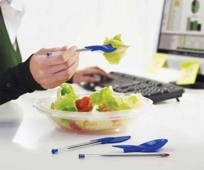 وقت غذا، روی میز کارتان جز خودکار چیزی پیدا نمیشود؟ قطعا این درپوشهای پلاستیکی، که در اشکال چاقو، قاشق و چنگال ساخته شدهاند، به کارتان میآیند.