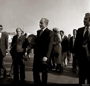 شاه و فرح در فرودگاه مهرآباد لحظاتی قبل از خروج از کشور، 26 دیماه