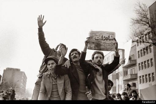روزنامه با خبر فرار شاه از ایران در دست مردم در خیابانهای تهران
