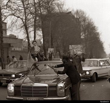 خیابانی در تهران پس از اعلام خبر خروج شاه از کشور