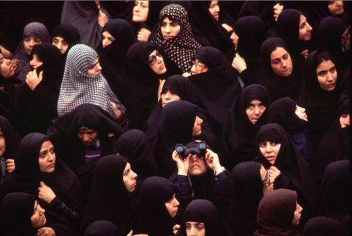 بیرون پنجره اتاق آیت الله در مدرسه رفاه، صدها زن چادریبرای یک لحظه دیدن امام گرد هم آمدهاند