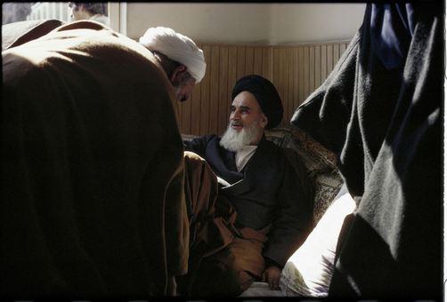 در اتاق کوچک آیت الله خمینی در مدرسه رفاه که دفتر کارش شده بود، پذیرای خوش آمد گویندگان بود