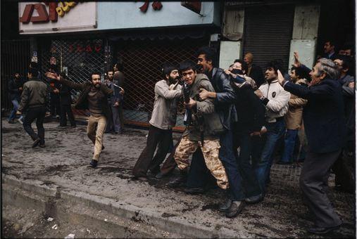 برنت در توضیح این عکس میگوید: عکسی که در میدان 24 اسفند گرفتم، روز نخستی بود که به تهران رسیدم. ساعاتی بعد از رسیدن وسط درگیری مسلحانه بودم و میدانستم ماجرا به زودی تمام نمیشود.