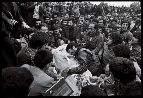 تشییع در قبرستان؛ تصویری که عکاس در دومین روز حضور در تهران به ثبت رسانده و درباره آن مینویسد: هر تشییع یک رویداد سیاسی جدید علیه شاه بود