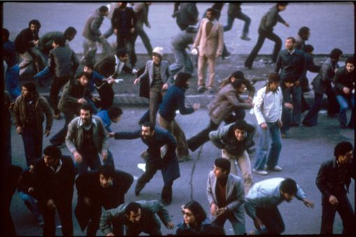 فرار جمعیت و پراکنده شدنشان بعد از تیراندازی پلیس