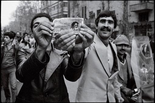 با خبر خروج شاه، تهران غرق در شادی شد