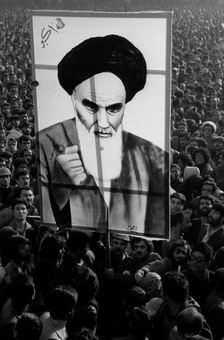 تصویر آیت الله همواره در تظاهرات مردم به چشم میخورد
