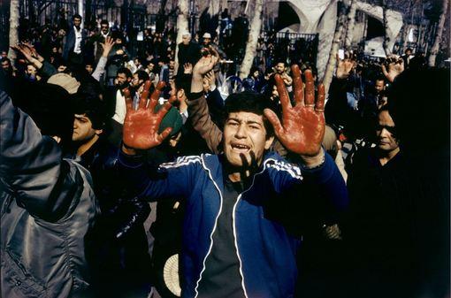 روز قبل از بازگشت خمینی، روزی آفتابی که با کشته شدن یک دانش آموز توسط یکی از نیروهای گارد شاه به ضرب گلوله، غم انگیز شده است