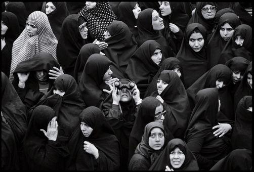 این همان تصویری است که عکاس از راز آلود بودنش سخن میگوید و آن را برگزیده ترین عکس خود از مجموعه تصاویر انقلاب ایران معرفی میکند