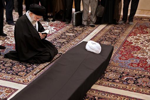 رهبر انقلاب در حال تلاوت قرآن مجید در کنار پیکر آیتالله واعظ طبسی