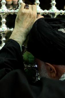 رهبر انقلاب در کنار ضریح مطهر حرم امام رضا علیهالسلام پیش از آغاز مراسم تدفین آیتالله طبسی