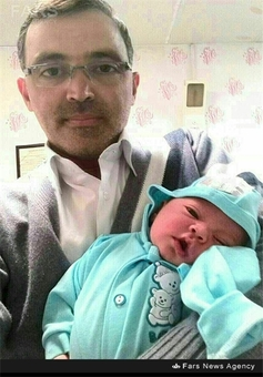 شهید جواد محمدی در کنار فرزندش