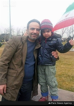 شهید علی اصغر شیردل در کنار فرزندش