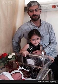 شهید نادر حمید در کنار فرزندانش