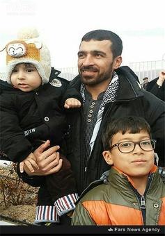شهید محمد علی اربابی در کنار فرزندانش