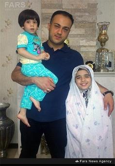شهید عبدالله باقری در کنار فرزندانش