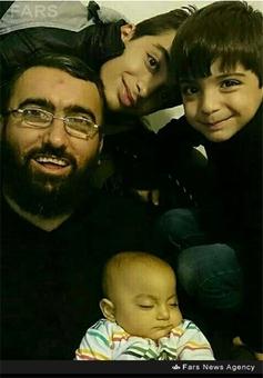 شهید حجت اسدی در کنار فرزندانش