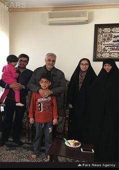 فرزندان شهید بادپا در کنار حاج قاسم سلیمانی